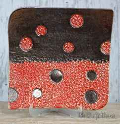 Ceramic plate with dots