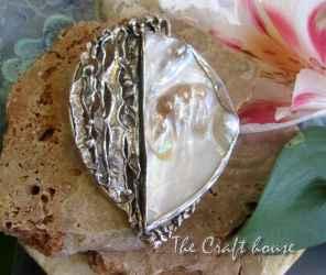 Сребърен медальон с перлено образувание